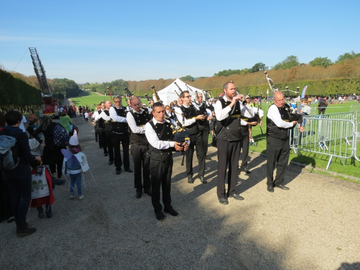 pipers-playing-before-marching