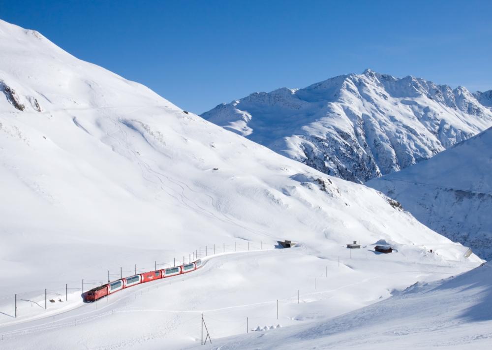 46-MGB_HGe_4-4_II_mit_Glacier_Express_kurz_vor_Oberalp_Passhöhe