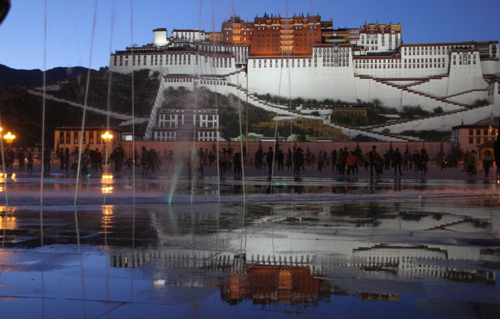 92-Lhasa-Potala-nachts-16-mit_Springbrunnen-2014-gje